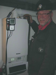 Gerhard Urlaß bei der Abgaswegeüberprüfung